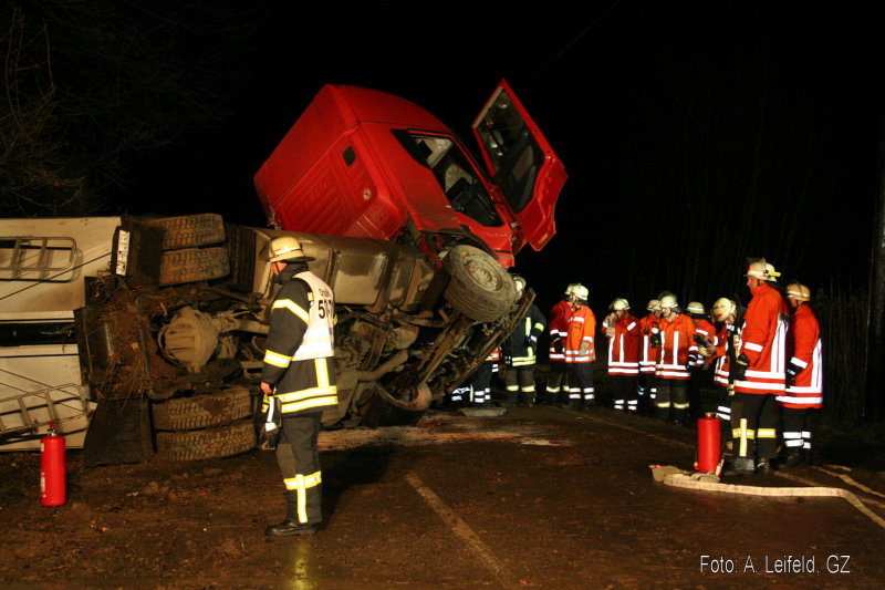 Schwerer Verkehrsunfall mit Rüben-LKW