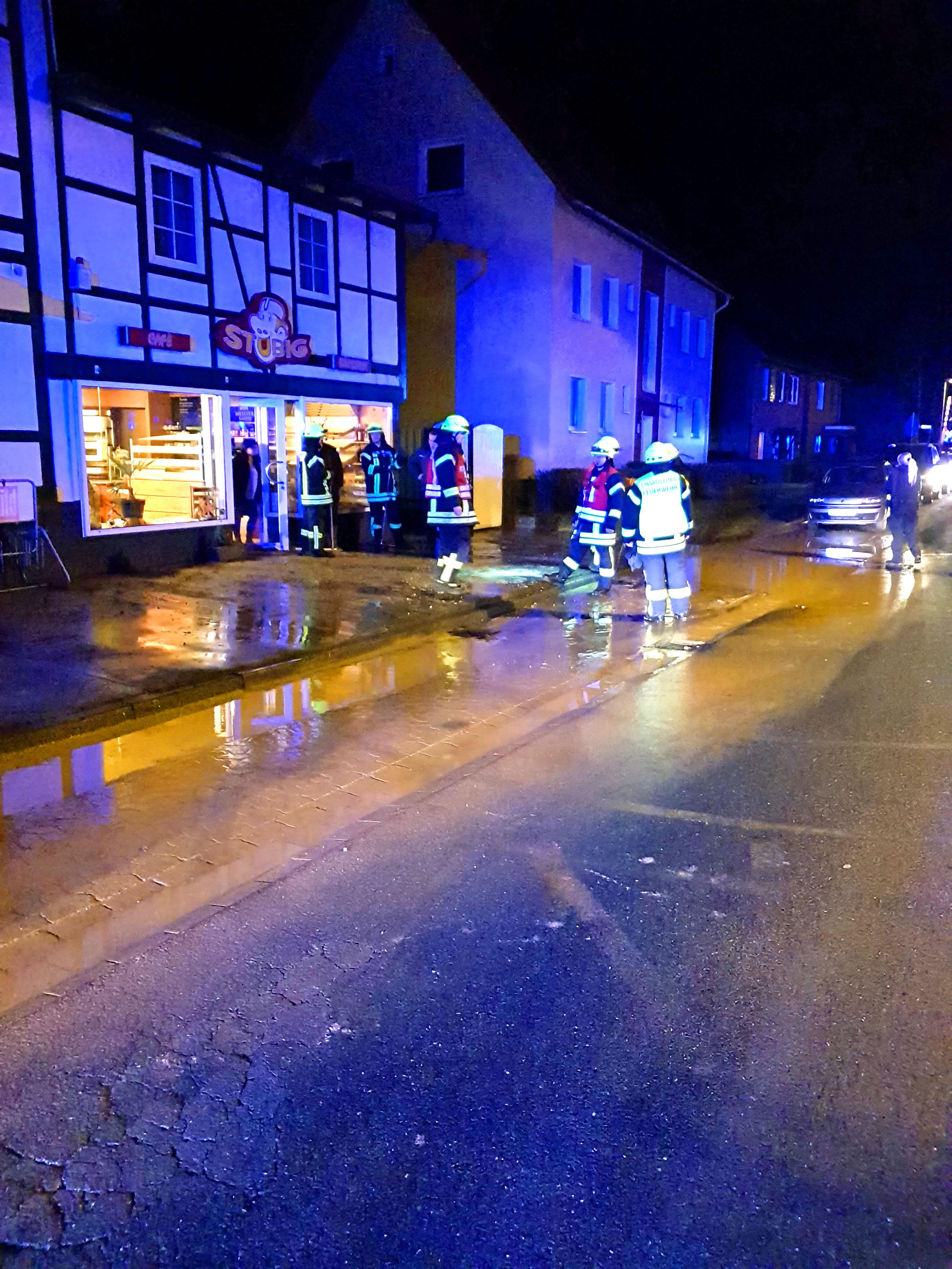 Geplatzte Hauptwasserleitung setzt Straße unter Wasser