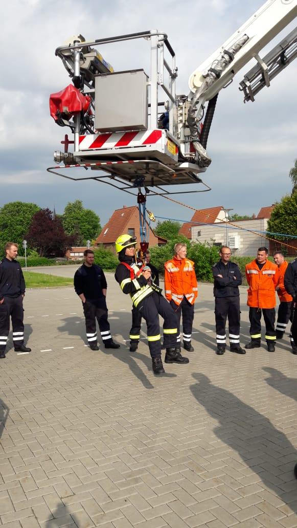 Lehrgang für mehr Sicherheit bei Feuerwehreinsätzen in absturzgefährdeten Bereichen erfolgreich absolviert.